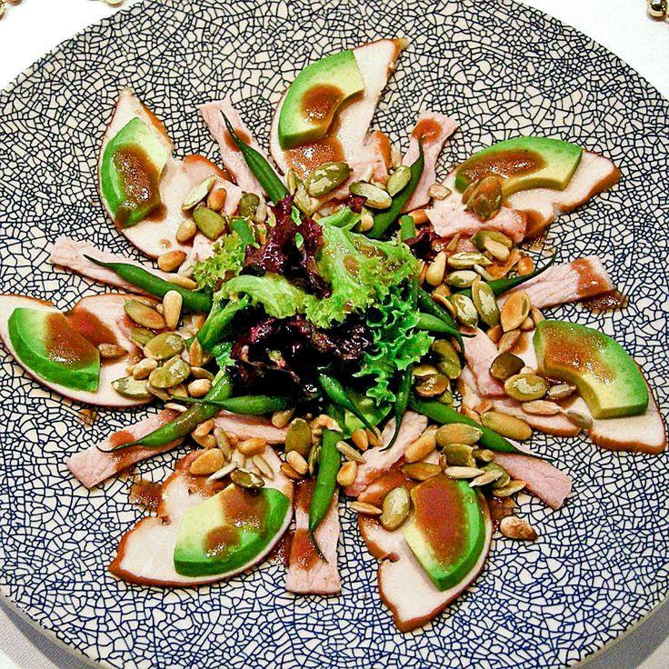 Salade van gerookte kalkoen, avocado,  haricots verts, geroosterde pijnboompitten, pompoenpitten en zonnebloempitten met een lekker nootachtige dressing.