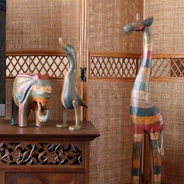バリで手作りされたキリンの木製オブジェ。アンティーク風のカラフルなペイントがとっても印象的♪リビングやダイニングはもちろん玄関やトイレなどに置くとインテリアのアクセントに。■サイズ:(幅)11×(奥行)19×(高)100cm■素材:天然木【ご注意】アジアン雑貨は手作りのため、表示のサイズや形状と微妙に異なる場合があります。また天然の素材そのものの良さをいかすため、色むら・小さなキズや穴・デコボコなどの風合いをあえて残した製品もあります。入荷時期によって色味、色の配置、質感などに違いがございます。1点1点違う顔を持つ手作り品ならではの味としてお楽しみいただければ幸いです。