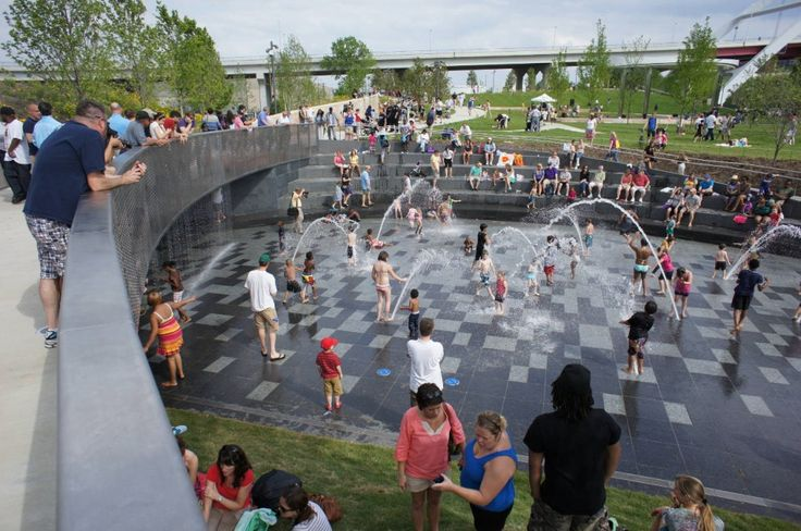 Cumberland Park / Hargreaves Associates. Safe spaces for water play attract families and create community.