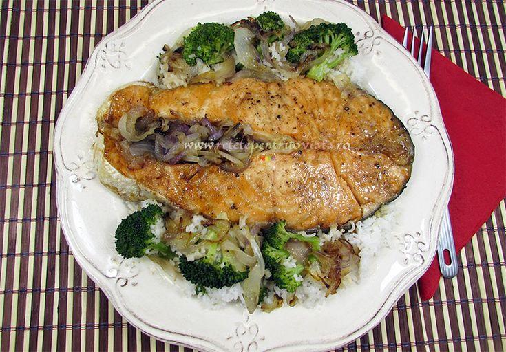 O reteta de somon la cuptor aromatizat cu o marinada din ulei de masline, crema de otet balsamic, usturoi, coaja de lamaie, cimbru, miere, sare si piper, gatit cu ceapa si servit cu garnitura de orez basmati si broccoli.