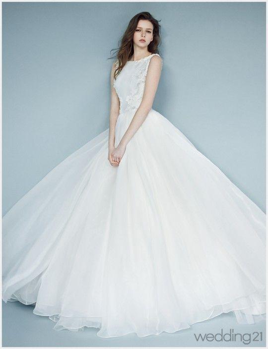 [웨딩드레스] 마치 다른 세상에서 온 듯한, 감각적 웨딩드레스를 입은 아름다운 소녀, 시:작by이명순 < 웨딩뉴스 < 월간웨딩21 웨프