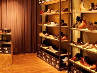 Number Shoes,  Espaseria, 7, Born-Ribera Number no volia ser a tantes passes del que es fa a Nova York, Londres i París en terreny de calçat i per això va decidir exportar a Barcelona les firmes més interessants que passegen per les capitals de la moda. Hi tenen sabates d'Opening Ceremony, Swear, B Store, Ksubi i Reductions. No cal massa més per satisfer totes les inquietuds;