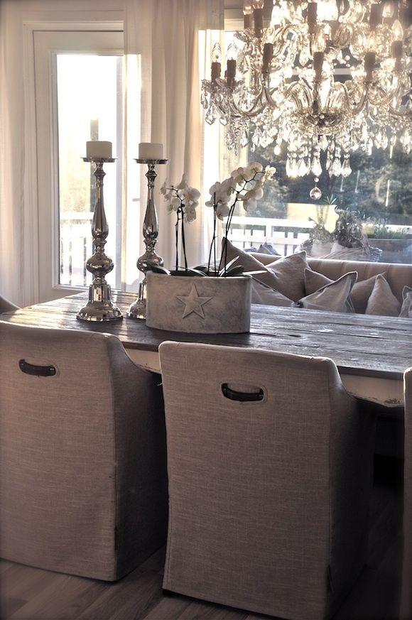 de klassieke kroonluchter boven een strakke tafel