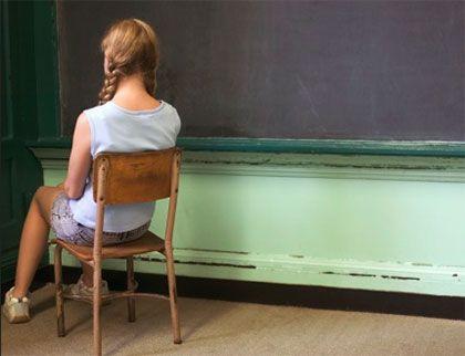Suspensão Escolar: A suspensão escolar é uma prática disciplinar utilizada em várias escolas. O ato da suspensão escolar é aplicado sempre que os estudantes têm comportamentos inadequados em sala de aula ou no ambiente da escola. Essa norma faz parte do regimento do Conselho Escolar e deve ser colocada em prática pela direção da escola.