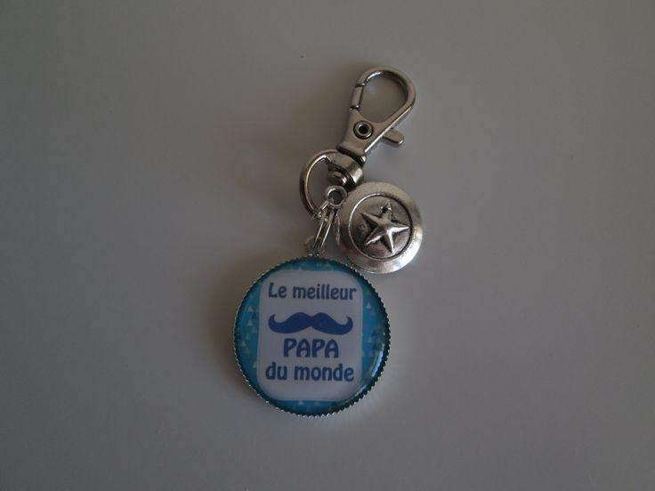 """Porte-clés """"le meilleur papa du monde"""" avec breloque boulcier. 7.00 euros  A retrouver sur ma page facebook : https://www.facebook.com/Les-Bobinettes-1699438450336617/ Ou sur la boutique a little market : https://www.alittlemarket.com/boutique/les_bobinettes-2737221.html"""