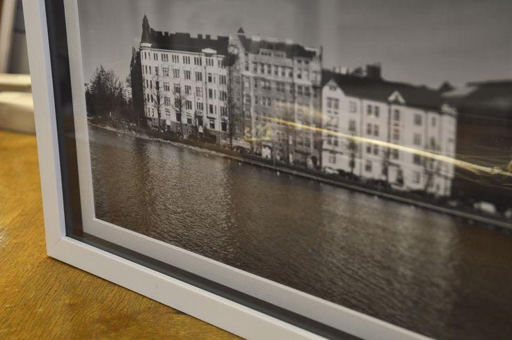 Valokuvakehystyksessä käytetty korotuslista voi olla erivärinen kuin itse kehys.