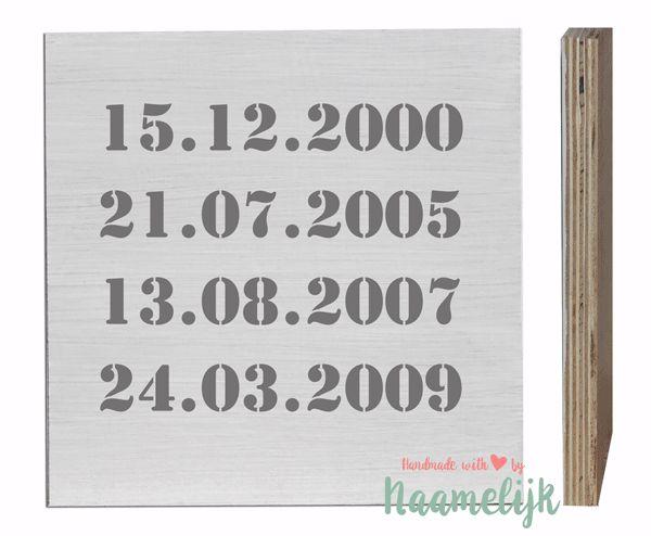 Geef je geliefde een heel persoonlijk houten blok met jullie belangrijke data er op! Er is plek voor 4 speciale data op het houten naamblok, zoals bijvoorbeeld de dag dat jullie zijn gaan samenwonen, trouwden of een kind kregen!    Met dit handgemaakte, houten blok van 20 x 20 cm laat je zien dat jij deze data die voor jullie speciaal zijn, nooit meer wil vergeten!