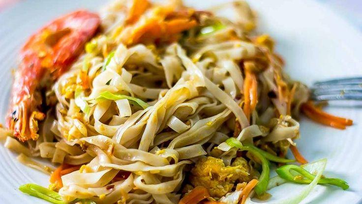 Pad Thai, spaghetti con gamberi arachidi e tamarindo cibo thailandese, noodles