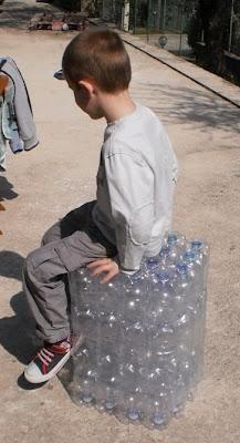 Riciclo: pouf con bottiglie di plastica