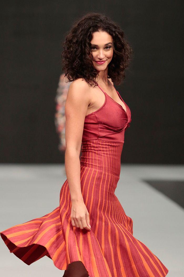 Débora Nascimento esbanja beleza em evento de moda e batom vermelho!!!