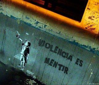 Mucha tropa riendo en las calles  con sus muecas rotas cromadas  y por las carreteras valladas  escuchás caer tus lágrimas    Nuestro amo juega al esclavo  de esta tierra que es una herida  que se abre todos los días  a pura muerte, a todo gramo.  -Violencia es mentir-  (Patricio Rey y sus Redonditos de Ricota)