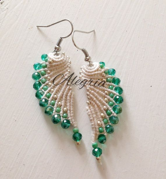 These micro macrame earrings are knotted by hand by Alegriamia                                                                                                                                                      もっと見る