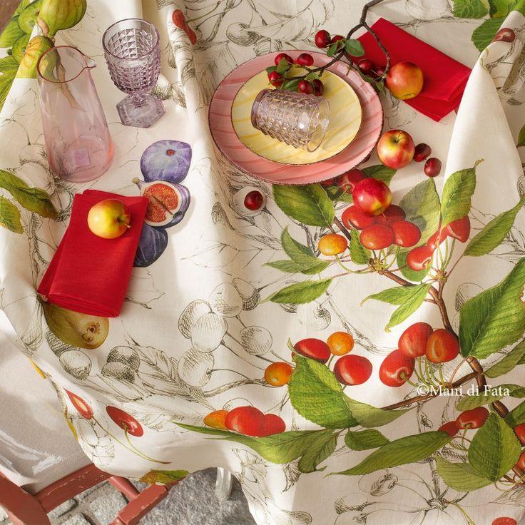 Tovaglia rotonda da 8 confezionata in puro lino con stampa frutta rifinita con orlo alto semplice.