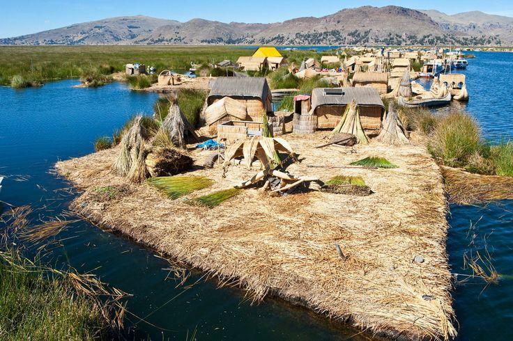 Плавающие острова Урош находятся на озере Титикака в Пуно, Перу. Это искусственные острова созданные из тростника и торфа. На этих островах есть больница и 5 школ.