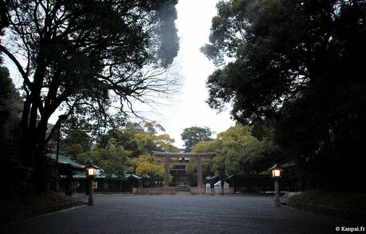 Nous avons déjà abordé à plusieurs reprises les poumons de verdure qu'offre Tokyo, l'immense capitale bétonnée, notamment via Shinjuku Gyôen et le parc Yoyogi. C'est justement attenant à ce dernier que se situe Meiji...