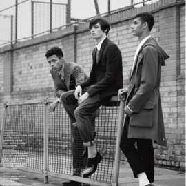 A finales de la década de los 60, cuando los hard mods ya habían instalado una nueva subcultura –los skinheads–, aparece en escena un nuevo grupo de jóvenes interesados en recuperar el estilismo propio de los primeros mods. Por eso, los suedeheads se dejaron crecer el pelo rapado completament…