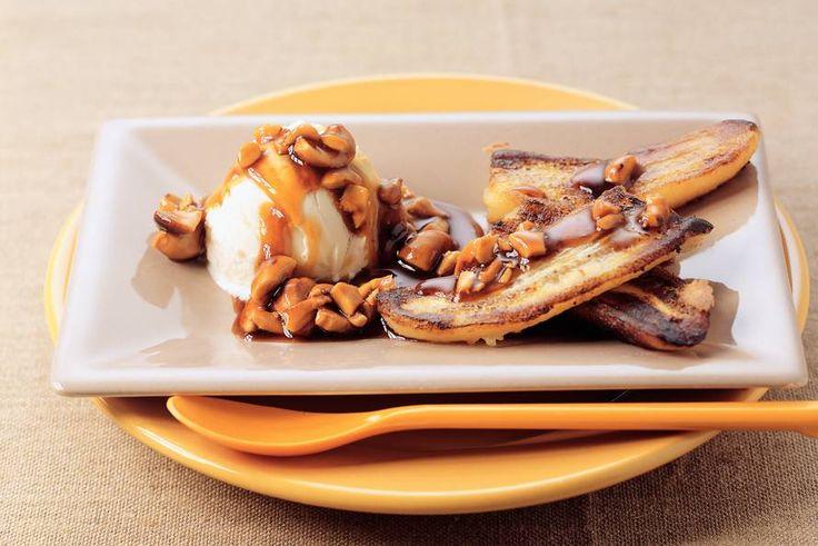 Kijk wat een lekker recept ik heb gevonden op Allerhande! Gebakken banaan met ijs en warme cashewnotensaus
