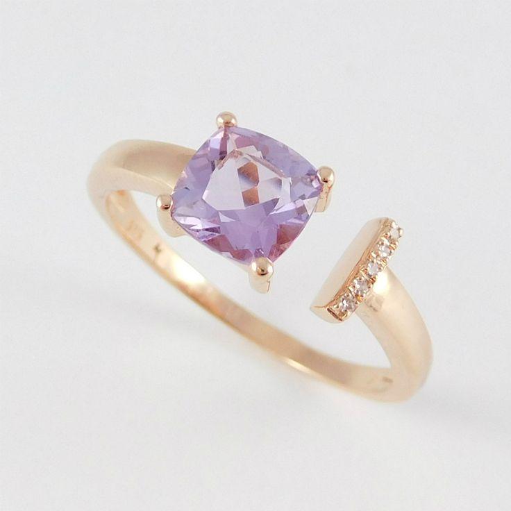 Rozé arany nyitott gyűrű briliánssal illetve amatiszttel  14 k  Súly:1.9  gr  Méret.55(15)  Gyémánt:0,015 ct  Ametiszt:0.600 ct  Modern vonalvezetéssű drágakővel díszített nyitott sínű rozé arany női fantázia gyűrű.
