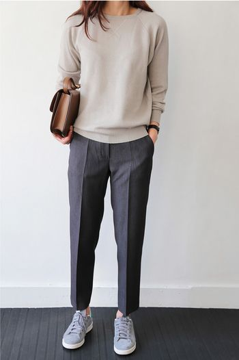 落ち着いた色味であれば、少し着崩した服装もOKな会社もあると思います。センタープレスのパンツで、ちょっときちっとした印象に。社内でのスニーカーはNGの場合も多いので気をつけてくださいね。