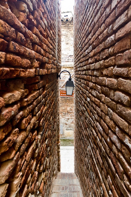 Ripatransone (region Marche) : The narrowest Alley in Italy - cm43 wide-