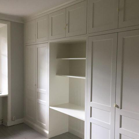 Platsbyggd garderob med arbetsplats, fattas bara lite knoppar:) #kök #inredning #skräddarsytt #astebergmobler #göteborg #kitchen #design #ritning #interior #furniture #interiör #sweden #garderob #platsbyggt #hantverk #snickeri #bokhylla #möbler #badrum #vinkällare #winecellar #kommode #inredningsdesign #bathroom #kithenisland #köksö #custommade #vintage #modern