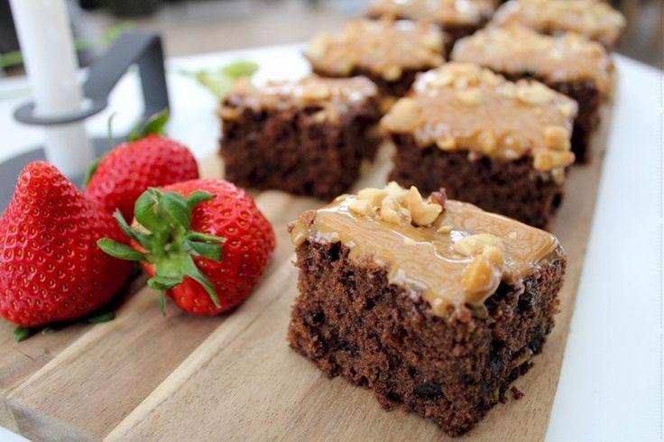 Få opskriften her på lækre brownies med pistacienødder, karamel og peanuts. De er nemme at lave og smager helt forrygende.