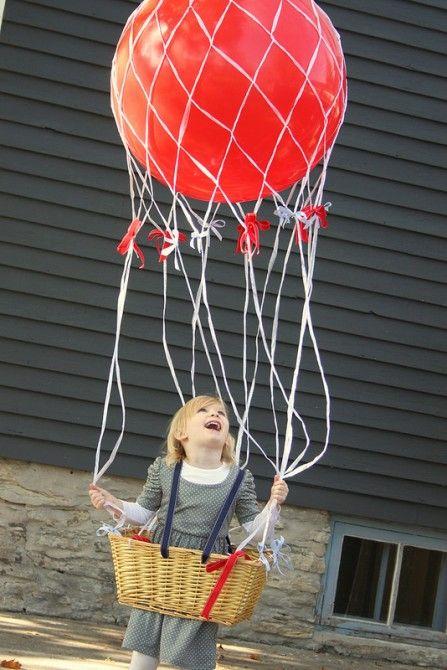 Heteluchtballon kostuum. Cool zelfgemaakt hete luchtballon kostuum. Klaar om op te stijgen. Het ballonnet en de grote ballon incl. helium is te bestellen bij Globos. Neem even contact op via onderstaande link. https://www.globos.nl/contact