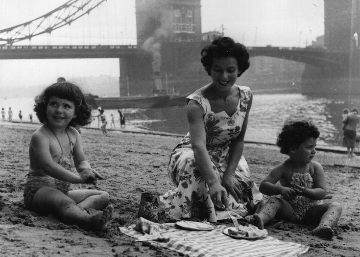 Un picnic in una zona balneare lungo il Tamigi, a Londra, nell'estate del 1949. (Keystone/Getty Images)