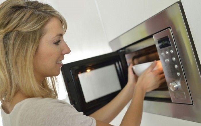 Ο φούρνος μικροκυμάτων είναι μια συσκευή που όλοι έχουμε στη κουζίνα μας, και μπορεί να μας βοηθήσει σε πολλά πράγματα που πιθανότατα δεν έχουμε φανταστεί. Μερικά από αυτά δεν περιορίζονται στην κουζίνα. Εδώ θα βρεις 13 έξυπνες προτάσεις για να χρησιμοποιήσεις τα μικροκύματα κάνοντας τη ζωή σου πιο εύκολη. Καθάρισε τα κρεμμύδια χωρίς να δακρύσουν …