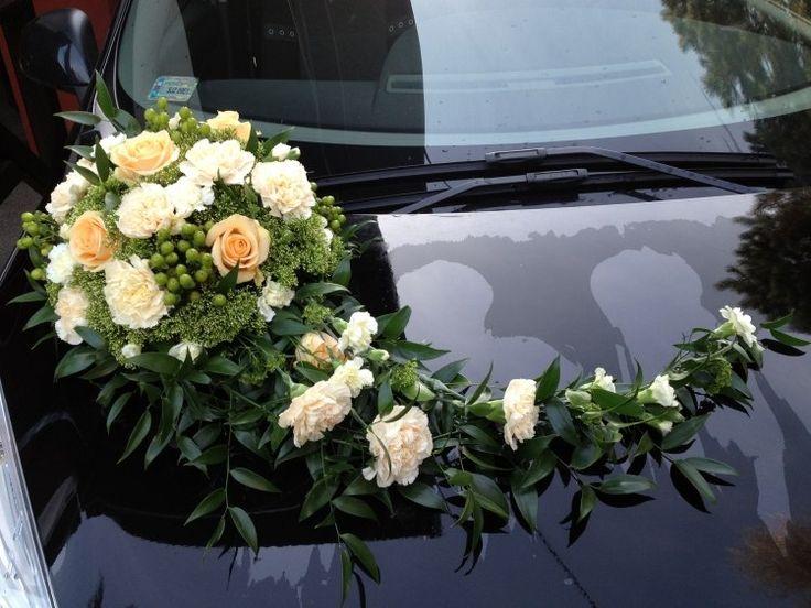 décoration voiture mariage - bouquet de roses crème et œillets blancs