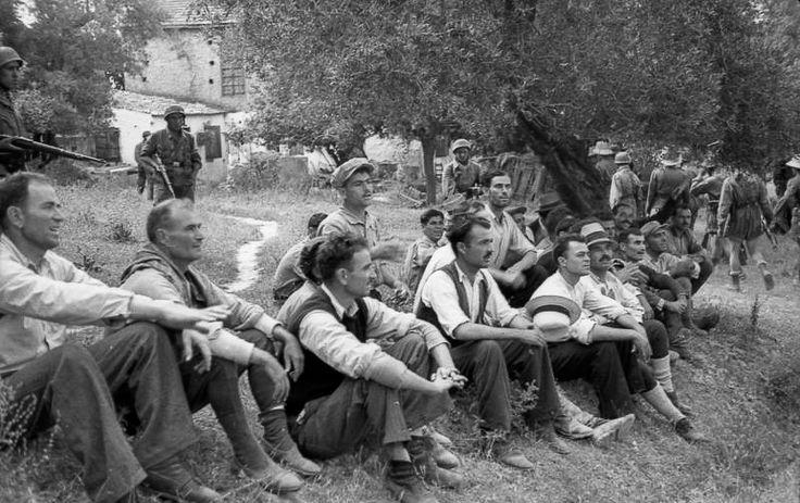 """[...] Οι Γερμανοί έδιωξαν τα γυναικόπαιδα και άφησαν τους υποψήφιους για θάνατο, ενώ πίσω το εκτελεστικό απόσπασμα, σκορπισμένο, ετοιμάζεται να πάρει την τελική του θέση, για να δεχτεί τις διαταγές του Τρέμπες: επί σκοπόν (Βλ. Βάσος Π. Μαθιόπουλος, Εικόνες Κατοχής, Φωτογραφικές μαρτυρίες από τα γερμανικά αρχεία για την ηρωική αντίσταση του ελληνικού λαού, εκδόσεις """"Τα Νέα"""", σελ. 180)."""