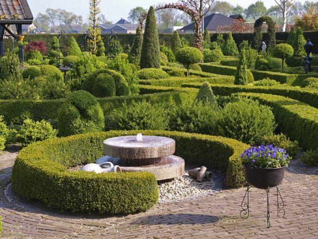 V centrální části zahrady se nachází vodní prvek, který tvoří dva na sebe položené kamenné kruhy. Jsou uprostřed provrtané tak, aby z nich mohla vytékat voda, která příjemným zurčením přináší do zahrady další efekt