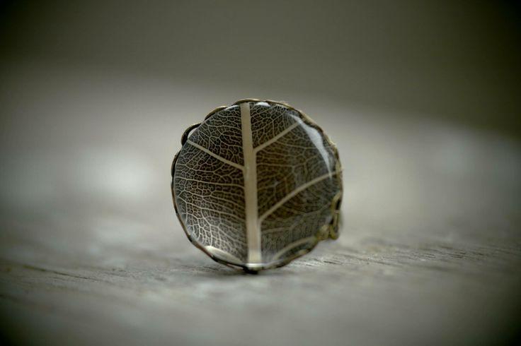 Ring mit einem echten Blattskelett