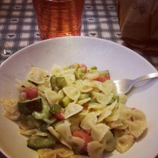 pasta farfalle con zucchine pomodorini e gamberetti