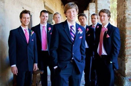 Свадебный мужской костюм чёрный с розовым галстуком