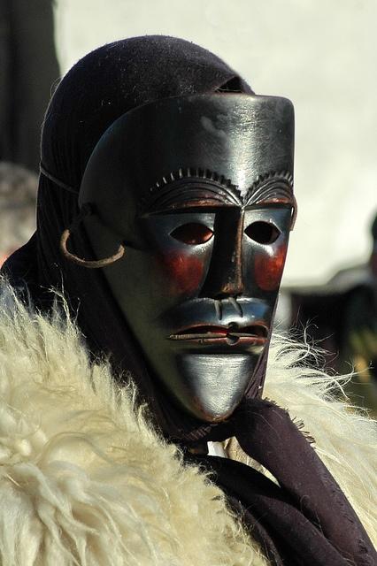Carnevale di Ottana :Merdùle. I Merdùles sono uomini col viso coperto da atroci maschere nere.
