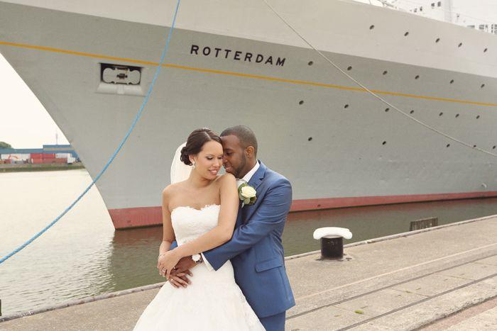 bruidspaar omhelst elkaar voor de ss Rotterdam