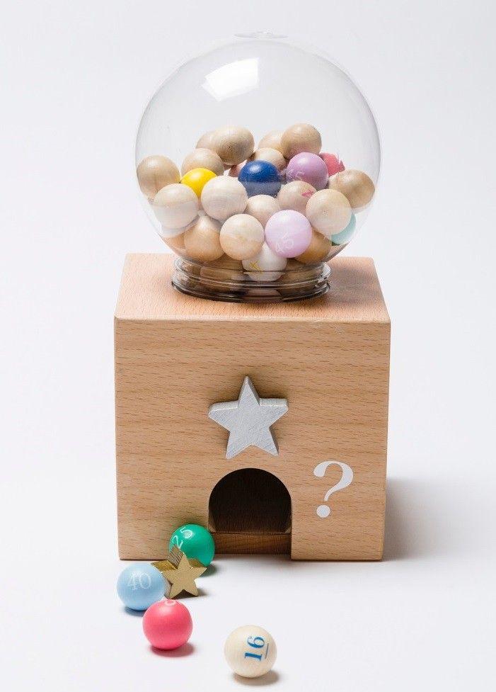 <p>Nog mooier dan de gewone Gatcha Gatcha set want deze snoeppot is een bingo spel!<br /> Je draait omstebeurt aan de ster en de bingoballen rollen er uit, degene die het eerste zijn kaart vol heeft is de winnaar! Het spel heeft 50 ballen en een zak met 30 bingospeelkaarten.<br />Formaat 12 x 12 x 20 cm</p> <p></p>