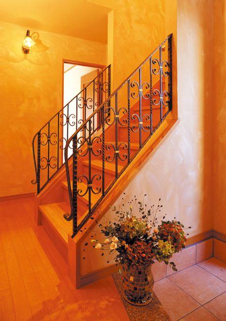 ロートアイアンの手摺やブラケットが玄関ホールをエレガンスに彩ります。|デザイン|ナチュラル|