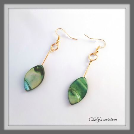 boucles d'oreille en métal doré et ses feuilles printanière verte : Boucles d'oreille par chely-s-creation