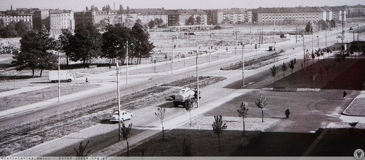 Pl. Grunwaldzki, widok w kierunku północnym. W prawym, górnym rogu akademiki PWr przy ul. Grunwaldzkiej. Poniżej skrzyżowanie ul. Piastowskiej i Curie - Skłodowskiej czyli tzw. Rondo Reagana.Rok 1961