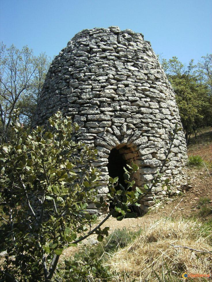 Borie en Luberon : En pierres sèches, ces constructions sont très nombreuses en Luberon. Les premières dateraient de 5 siècles avant JC.