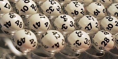 Überteuerte Lottoangebote sind in Bangkok keine Seltenheit. Hier scheint es im Trend zu sein, dass Lottoscheine auf der Straße für einen Preis über ihrem Nennwert verkauft werden.  Ein Monat Haft für überteuerte Lottoangebote