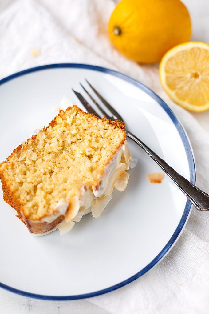 Zitronen-Kokos-Kuchen mit zitronigem Creme Fraiche-Topping. Dieses einfache Rezept ist herrlich saftig, zitronig und kokosnussig. Perfekt und so easy!