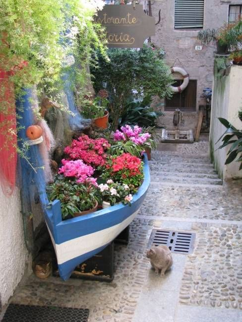 22 Landscaping Ideas To Reuse And Recycle Old Boats For