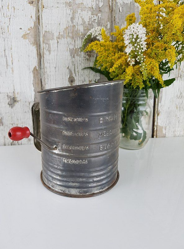 Tamis en métal vintage, flour sifter, tasse à mesurer ancienne, tasse de farine, old sieve, tamis vintage, measuring cup , 14.29$CAN