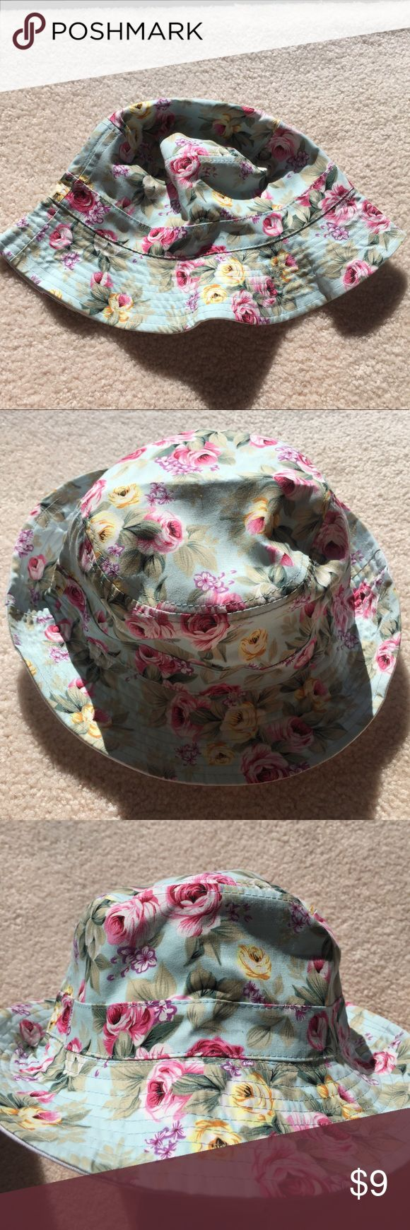 👒 Reversible Floral Bucket Hat This bucket hat can be worn two ways keeping it a fun accessory, NWOT, never worn Accessories Hats
