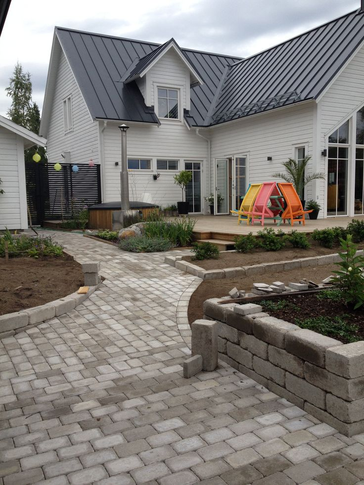 baskervilles house // new England, newport, house design, stone path, garden, back yard, garden, colorful furnitures  Stengång, sten, gång, Gåsens Lada