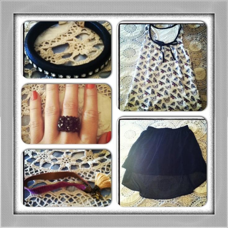 Outfit con falda de corte asimétrico, blusa de mariposas, pulsera de cuero regaliz con strass, anillo de Swarovski y pulsera velvet con medallita de mariposa y pompón