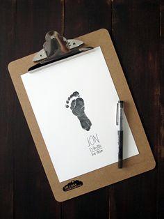 Cuadro con pie de recien nacido. Cuadro de nacimiento DIY con huellas de bebe. Baby foot print. DIY birth announcement | Blog www.micasaencualquierparte.com